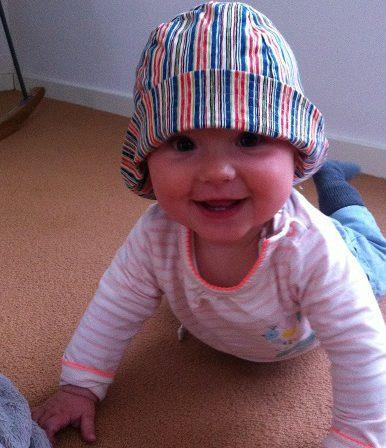 lachende baby met hoedje